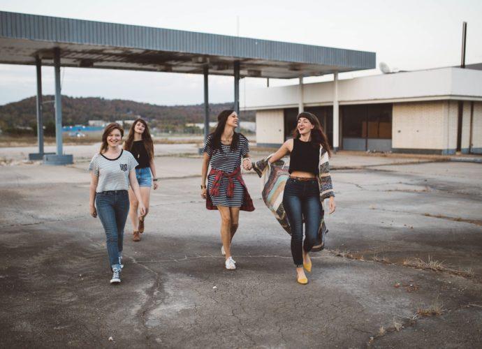 Czym wyróżnia się dobry sklep z modą młodzieżową?